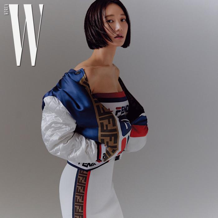 보머 재킷, 로고 장식 브라톱, 스커트는 모두 Fendi 제품.