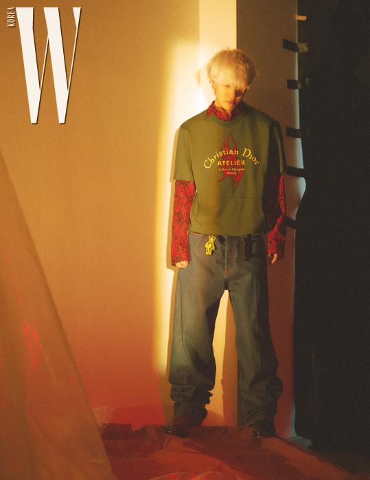 카키색 티셔츠와 안에 입은 패턴 셔츠, 큼직한 데님 팬츠, 허리에 장식된 테디 베어 참은 모두 Dior Homme, 가죽 앵클부츠는 Coach 제품.