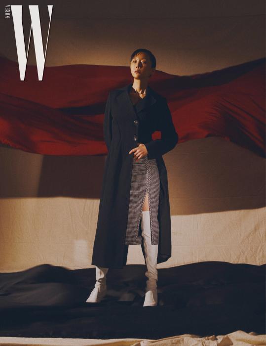 코트는 3.1 필립 림, 스커트는 NO˚21, 슈즈는 스튜어트 와이츠먼 제품, 톱은 스타일리스트 소장품,