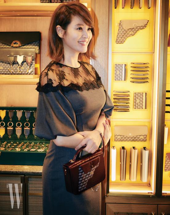 밝은 표정으로 매장을 둘러보던 김혜수, 권총 모양이 인상적인 핸드백으로 스타일을 완성했다.