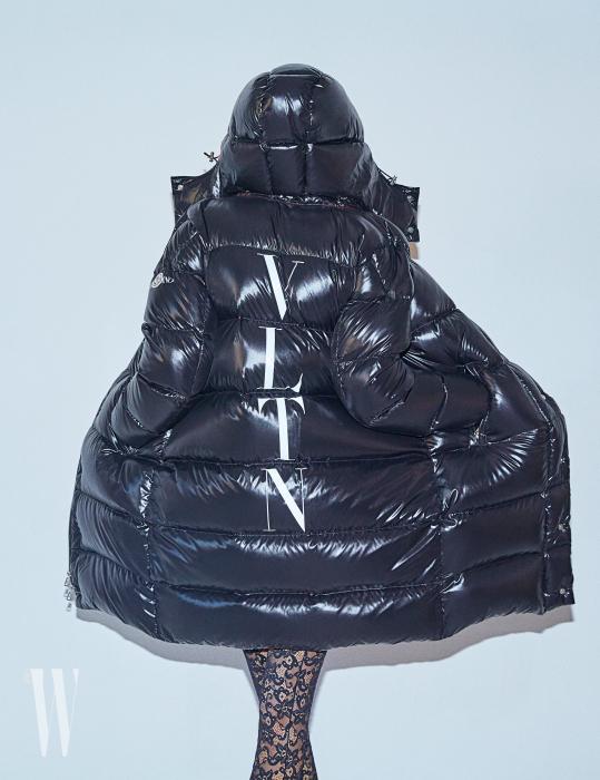 패딩 코트는 Valentino, 레이스 타이츠는 Gucci 제품.