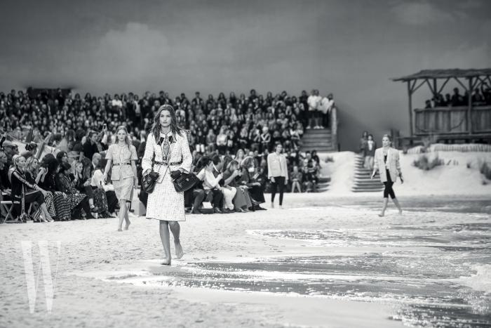 샤넬이 그랑팔레 안에 만들어놓은 인공 해변을 맨발로 걸어 나오는 모델들.