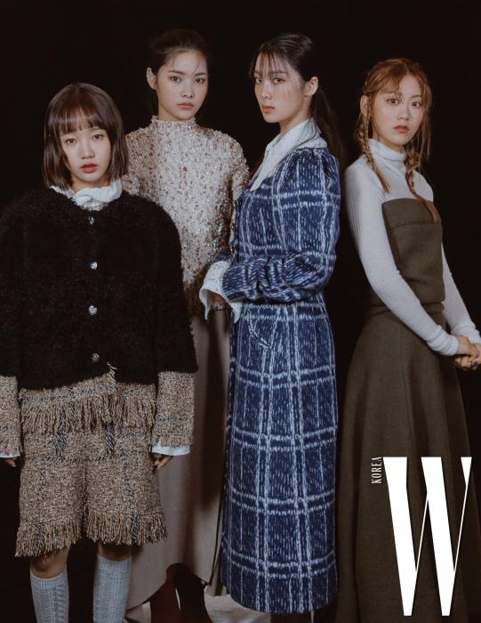 유정이 입은 흰색 블라우스는 로맨시크, 트위드 재킷과 스커트는 소니아 리키엘 제품. 리나가 입은 스웨터는 로우클래식, 스커트는 지고트 제품. 루시가 입은 체크 코트와 블라우스는 YCH 제품. 루아가 입은 터틀넥과 카키색 원피스는 COS 제품.