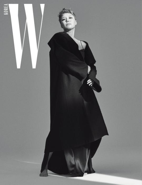 캐시미어와 램스킨이 어우러진 넓은 라펠의 검정 롱 코트와 슬립 드레스는 Demoo 제품.