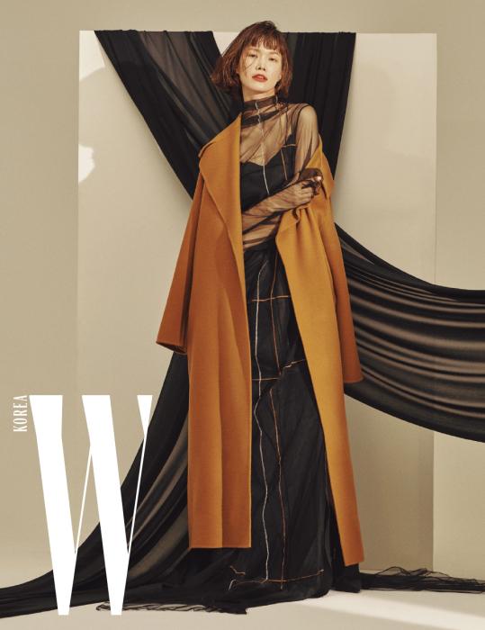 울과 캐시미어가 혼방된 캐멀 색상의 롱 코트, 메시 소재 스티치 장식 드레스, 슬립 드레스는 모두 Demoo 제품.