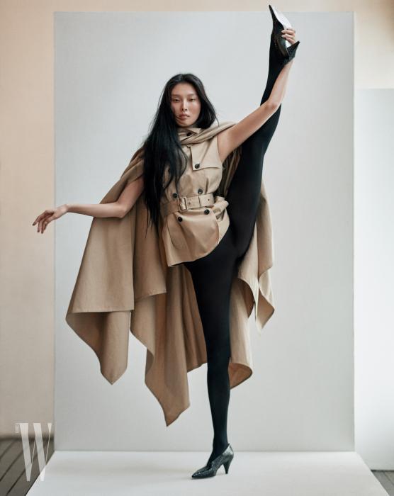 트렌치 케이프 재킷과 슈즈는 Givenchy 제품.