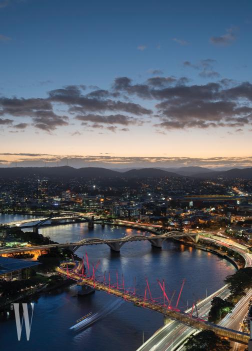브리즈번강은 폭이 좁고, 형태는 뱀처럼 상당히 구불구불하다. 시내 고층 빌딩가가 강변을 따라 쭉 늘어서 있다.