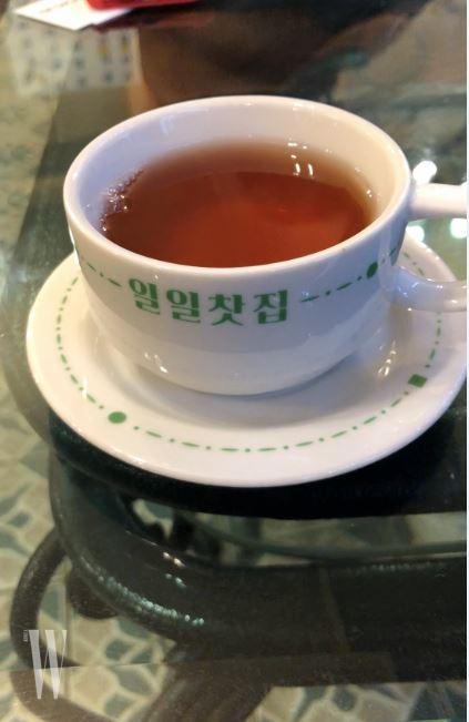 '웰컴 티'인 결명차가 담긴 특별 제작 찻잔 세트.