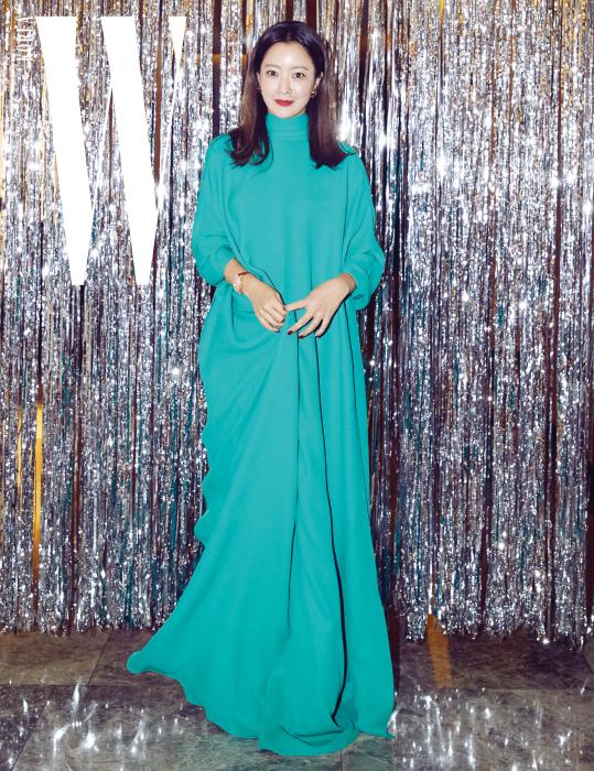 우아한 롱 드레스로 고혹미를 뽐낸 배우 김희선이 포즈를 취했다. 그리스 여신을 연상시키는 청록색 드레스는 Valentino 제품.