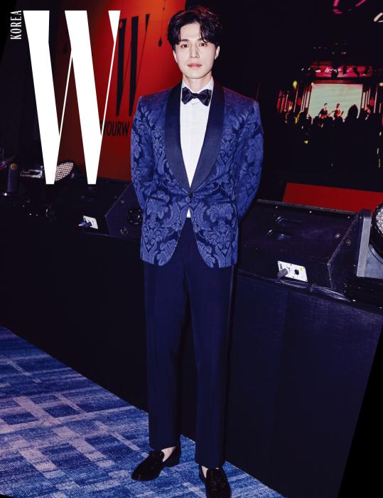 턱시도로 젠틀한 분위기를 연출한 배우 이동욱. 화려한 프린트의 턱시도와 보타이, 로퍼는 모두 Ralph Lauren 제품.