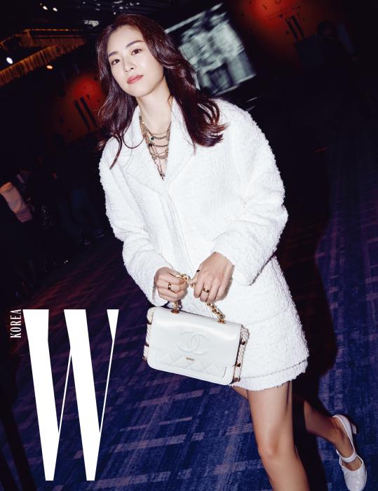 새하얀 눈처럼 눈부셨던 배우 이연희가 포토월 촬영을 위해 입장하고 있다. 트위드 소재의 하얀 재킷과 스커트, 로프가 장식된 백, 슈즈, 주얼리는 모두 Chanel 제품.