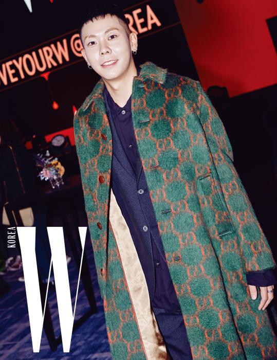 파티에서 멋진 랩을 선보인 귀여운 래퍼 로꼬. 로고 패턴 코트는 Gucci 제품.