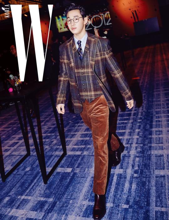사랑스러운 청년, 가수 헨리는 클래식한 룩으로 젠틀한 무드를 연출했다. 체크 재킷과 베스트, 코듀로이 팬츠, 옥스퍼드 셔츠, 타이는 모두 Polo Ralph Lauren 제품.