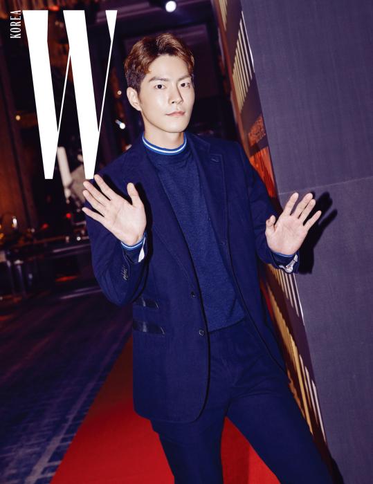 늘 세련된 스타일의 배우 홍종현이 더블유의 카메라를 반갑게 맞아주었다. 네이비 색상 슈트 재킷과 팬츠, 안에 입은 니트 톱은 모두 Hermes 제품.