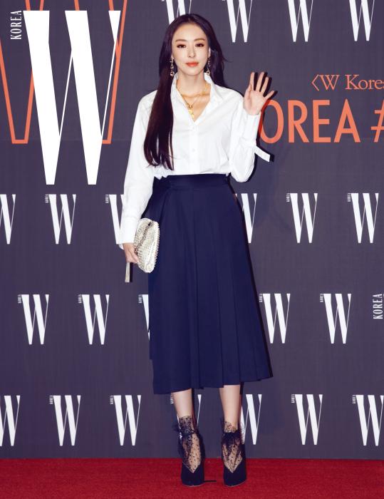 배우 이다희의 샤 장식이 매력적인 슈즈와 주얼 장식 클러치는 Jimmy Choo 제품.