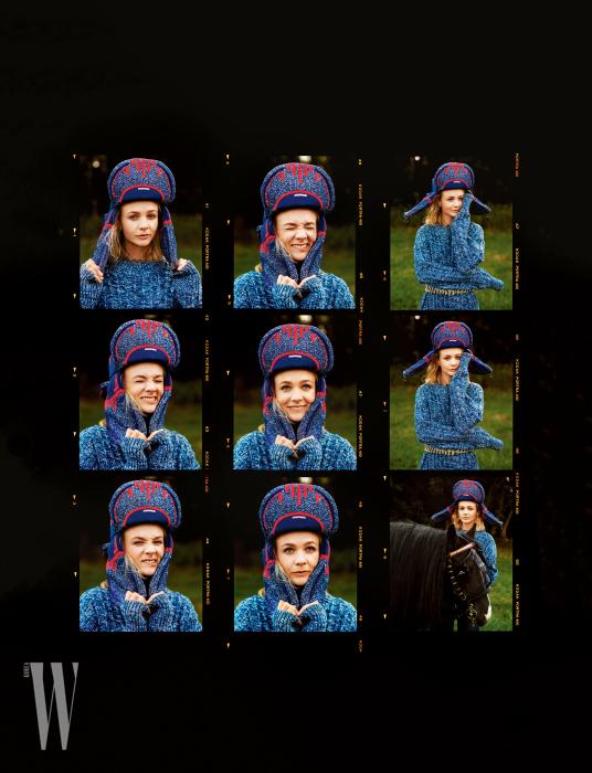 파란색 스웨터는 보테가 베네타, 모자와 벨트는 프라다 제품.