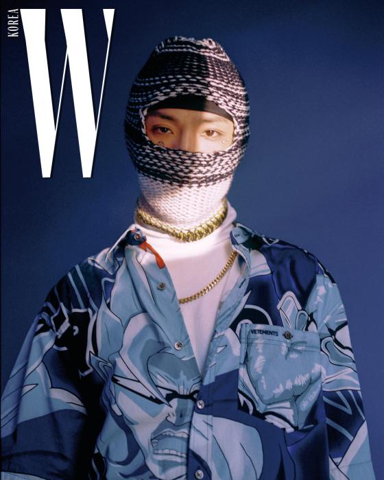 애니메이션 프린트 셔츠는 베트멍 by 네타포르테, 체인 목걸이는 식스앤힐 제품. 발라클라바, 터틀넥 톱은 에디터 소장품.