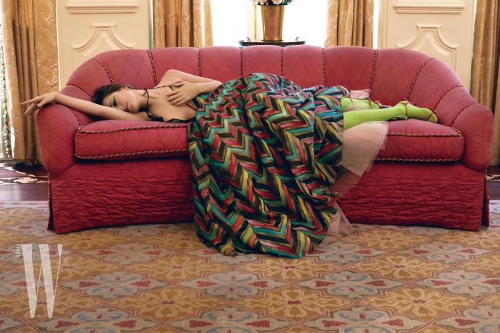 기하학적인 무늬의 드레스는 디올 오트 쿠튀르, 목걸이는 카라 크로닌저, 연두색 스타킹은 팔케, 슈즈는 더 로우 제품.