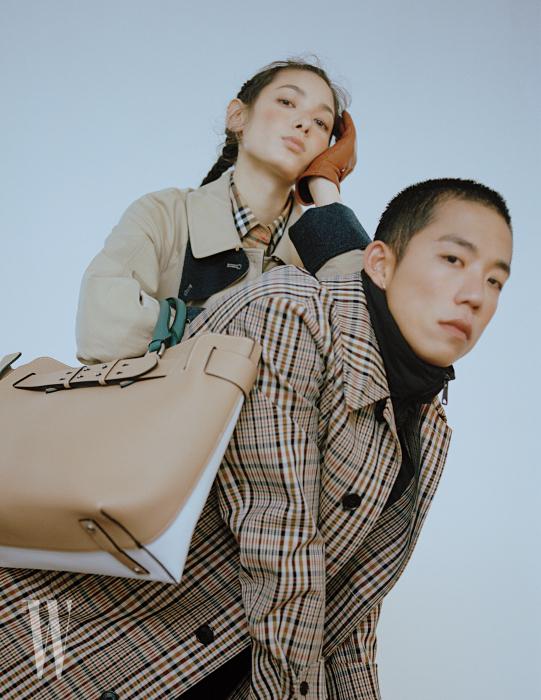 티아나 톨스토이가 입은 개버딘 코트와 빈티지 체크 셔츠, 가죽 장갑, 벨트 백, 다니엘오가 입은 패딩 베스트를 덧댄 체크 코트는 모두 Burberry 제품.