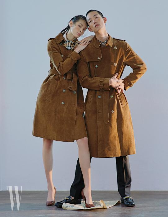 티아나 톨스토이가 입은 스웨이드 코트와 빈티지 체크 슬리브리스 드레스, 스틸레토 힐, 다니엘오가 입은 스웨이드 코트와 빈티지 체크 셔츠, 검정 울 테일러드 팬츠, 가죽 로퍼는 모두 Burberry 제품.
