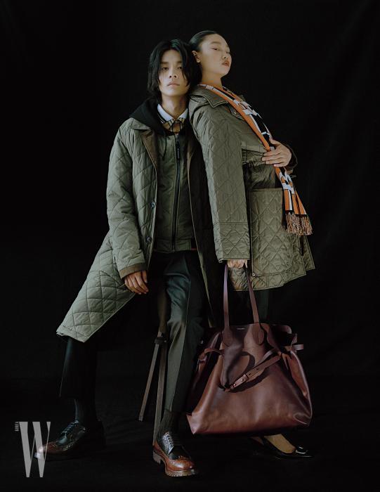 김보성이 입은 퀼팅 코트와 후디, 빈티지 체크 셔츠, 검정 테일러드 팬츠, 브로그 슈즈, 배윤영이 입은 퀼팅 코트, 로고 캐시미어 스카프, D링 장식 슬링백, 커다란 벨트 백은 모두 Burberry 제품.