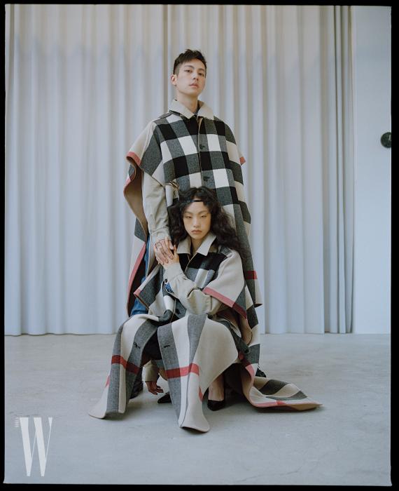 김별과 마르코가 입은 리버서블 체크 판초와 해링턴 재킷, 데님 팬츠는 모두 Burberry 제품.