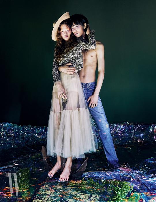 김아현이 착용한 챙이 넓은 모자, 아일릿 장식의 가죽 톱, 튤 장식 스커트, 브리프, 반지는 모두 Dior 제품. 박경진이 착용한 데님 진은 Dior 제품.