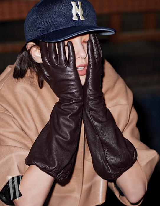 소매 부분이 넓은 브라운 계열의 장갑은 코스 제품. 17만원대. 베이지색 재킷은 프라다 제품. 가격 미정.