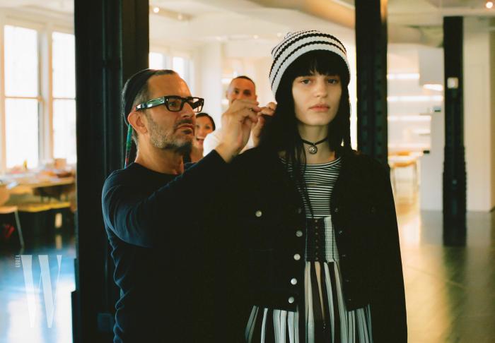 더블유를 위해 특별히 공개한 그런지 컬렉션 캠페인 촬영장의 비하인드 신. 마크 제이콥스가 직접 모델의 피팅을 살피고 있다.