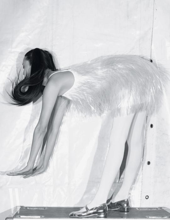 플라스틱 소재의 프린지 드레스는 Prada, 은색 메리제인 슈즈는 Chanel 제품.