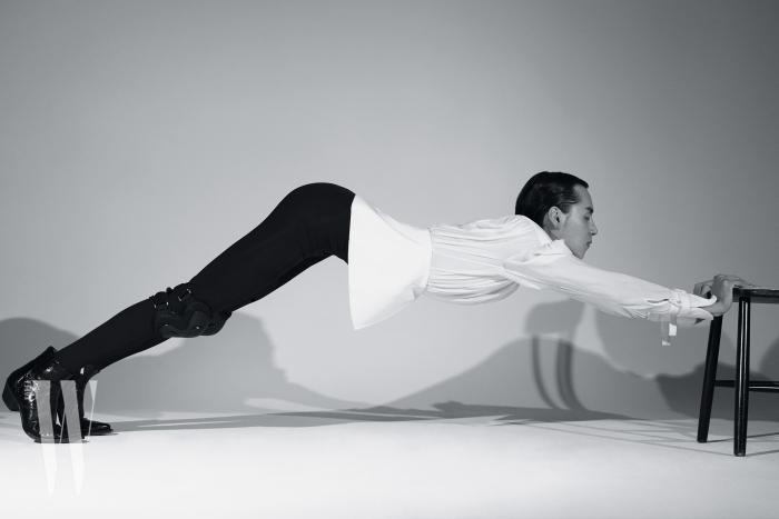 중세풍 블라우스는 Chloe, 슈즈는 Saint Laurent 제품, 타이츠와 무릎 보호대는 에디터 소장품.
