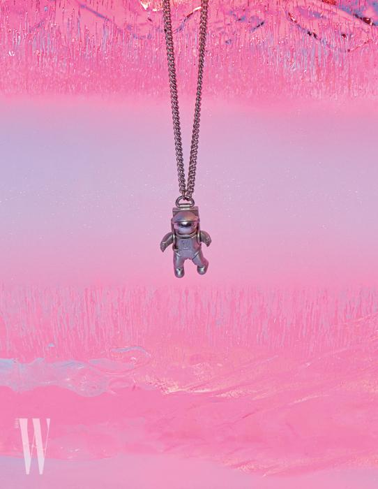 우주인 모양의 귀여운 펜던트 네크리스는 루이 비통 제품. 가격 미정.
