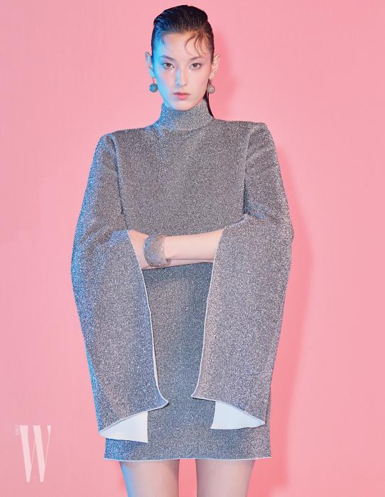 팔 부분의 커팅이 독특한 메탈사 소재 드레스는 솔라스런던 by 네타포르테 제품. 60만원대.