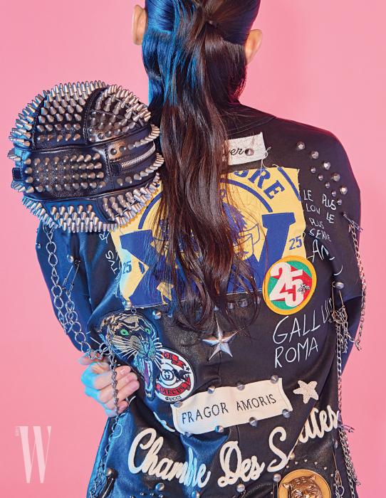 스터드와 체인 장식이 강렬한 볼백과 바이커 재킷은 구찌 제품. 각각 5백만원, 가격 미정.