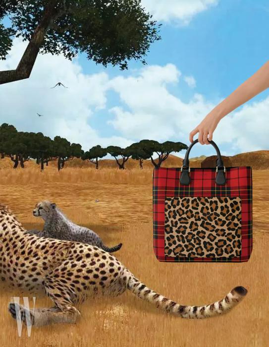 타탄체크와 레오퍼드 무늬의 토트백은 마이클 코어스 제품. 1백51만원.