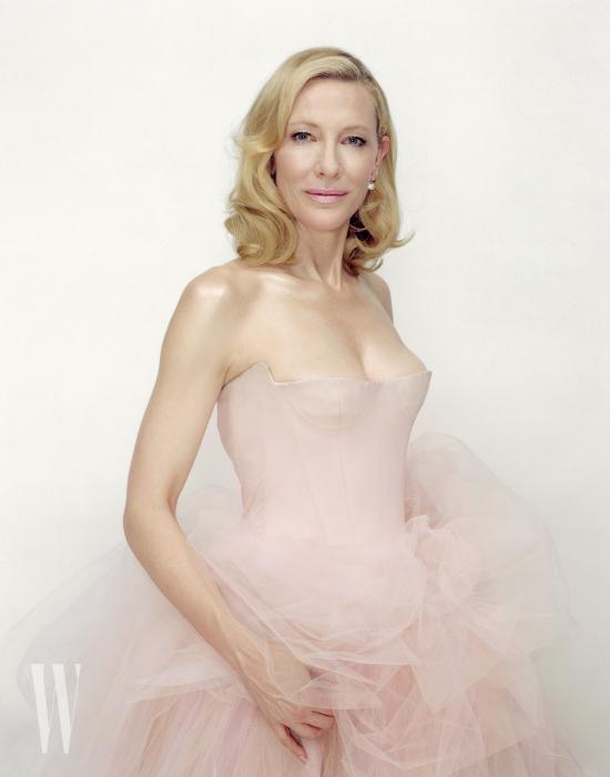 분홍색 드레스는 Vera Wang, 귀고리는 De Beers 제품.