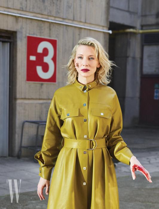 가죽 소재의 셔츠 드레스는 Hermès, 검정 롱부츠는 Sergio Rossi 제품.