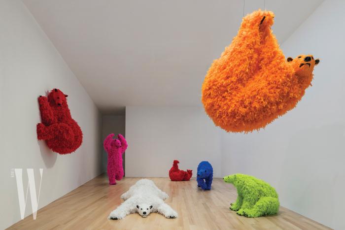 페로탕 갤러리는 파올라 피비의 작품을 과감하게 선보였다. 사진은 배스 뮤지엄에 설치된 형형색색 거대한 곰 무리들.