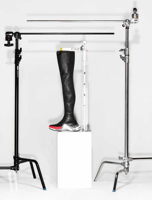 스니커즈와 결합된 어치라이트 플랫 사이하이 부츠는 루이 비통 제품. 2백만원대. 굽 5cm, 총길이 73cm
