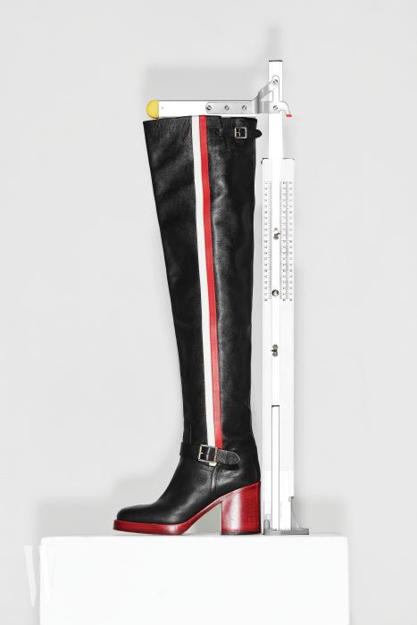 강렬한 라인이 들어간 사이하이 부츠는 디올 제품. 3백만원대. 굽 9cm, 총길이 71.1cm