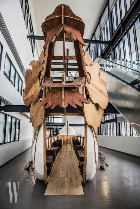 거대한 배 형태로 제작된 중국 작가 후앙용핑의 작품.
