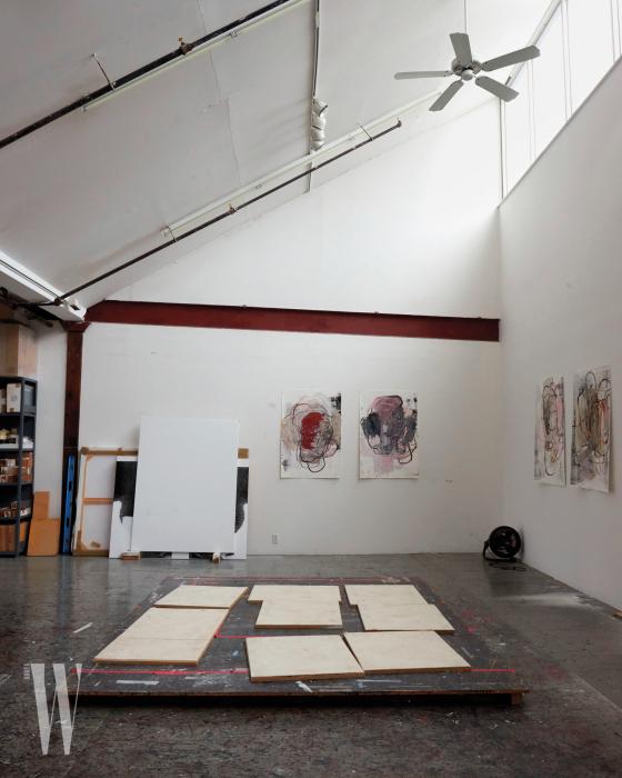 스튜디오 바닥에서 건조 중인 종이 작업.