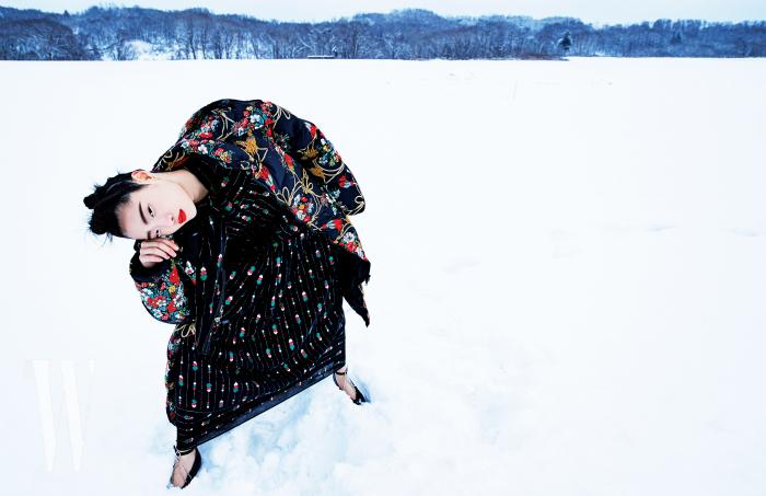 동양적인 꽃무늬 패턴 패딩과 패턴 셔츠, 롱스커트, 주얼 장식 스트랩 슈즈는 모두 Gucci 제품.