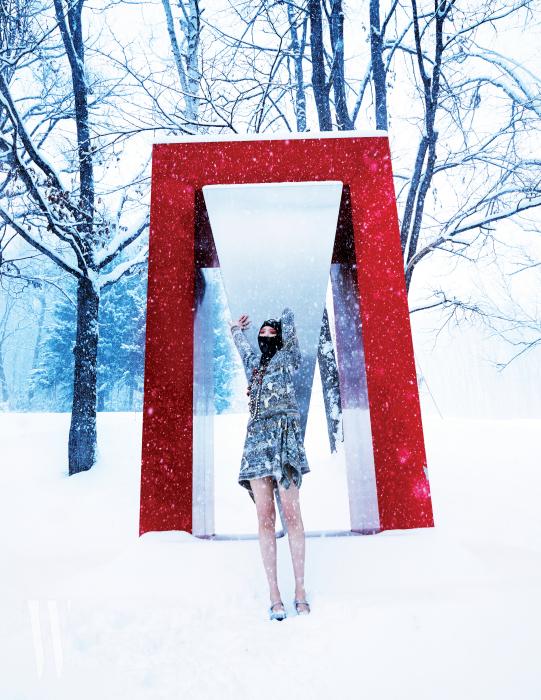 트위드 원피스와 레이어드해 연출한 목걸이들은 Chanel, 은색 슈즈는 Moschino 제품. 복면은 에디터의 것. Haruyuki Uchida의 작품 'Different Space'.