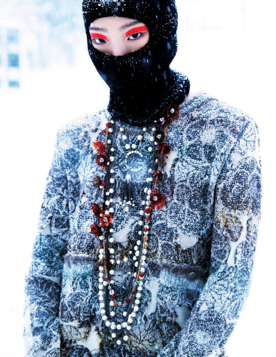 트위드 원피스와 레이어드해 연출한 목걸이들은 Chanel, 은색 슈즈는 Moschino 제품. 복면은 에디터의 것.