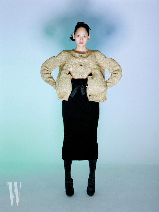 도톰한 패드 스웨터는 꼼데가르송 제품. 1백만원대. 하이웨이스트 스커트는 샤넬 제품. 가격 미정. 벨벳 소재 부츠는 발렌시아가 제품. 가격 미정.