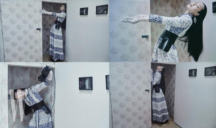 꽃무늬와 아일릿 장식 드레스와 가죽 벨트, 화려한 귀고리는 모두 Alexander McQueen, 스니커즈는 Prada 제품. 벽에 걸린 사진 작품은 보안여관의 기획전시 '내일 없는 내일' 가운데 여다함 작가의 '객지 여덟 밤(2018)'