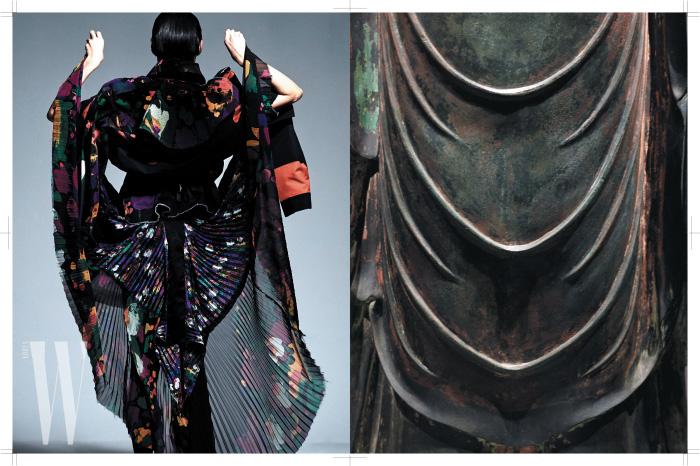 해체된 재킷과 꽃무늬 플리츠 드레스는 Sacai 제품.