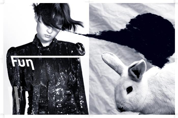 스팽글 장식의 화려한 검정 미니드레스는 Saint Laurent 제품.