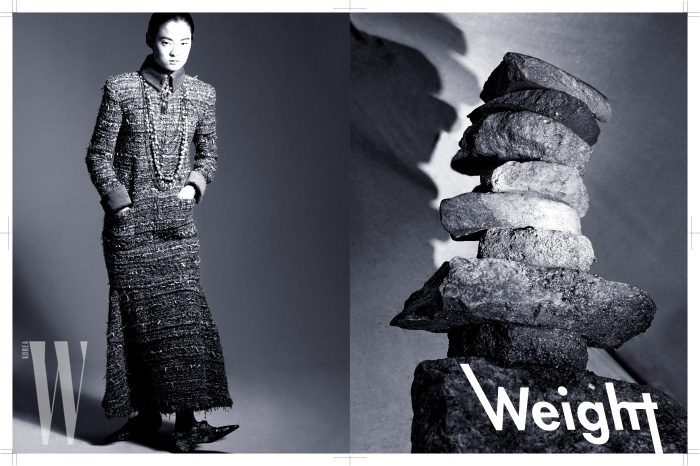 트위드 소재의 롱 드레스, 앞코가 뾰족한 옥스퍼드 슈즈, 진주 목걸이는 모두 Chanel 제품.